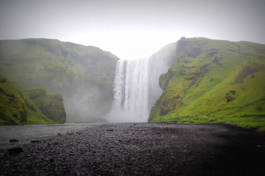 driving_the_ring_road_in_iceland_the_south_coast_skogafoss_waterfall